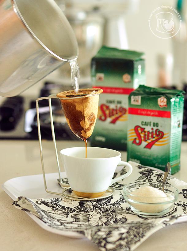 Coando um pouco de café para a receita.