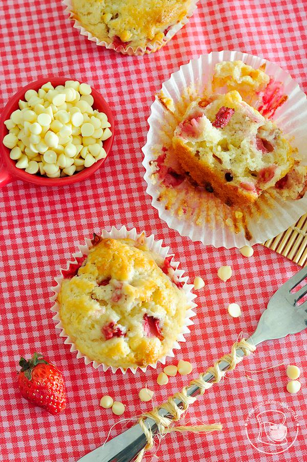Muffins com morangos e gotas de chocolate branco