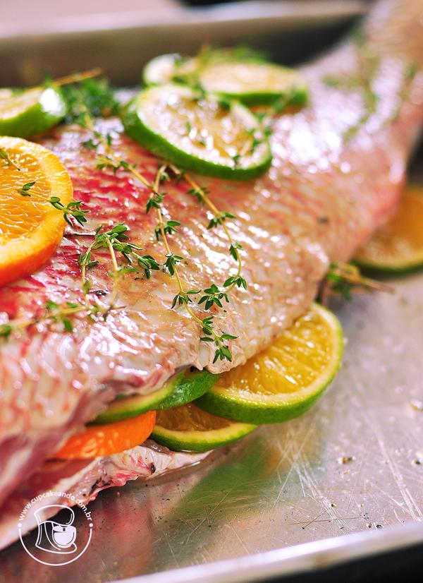 Peixe assado com laranjas, alho e tomilho