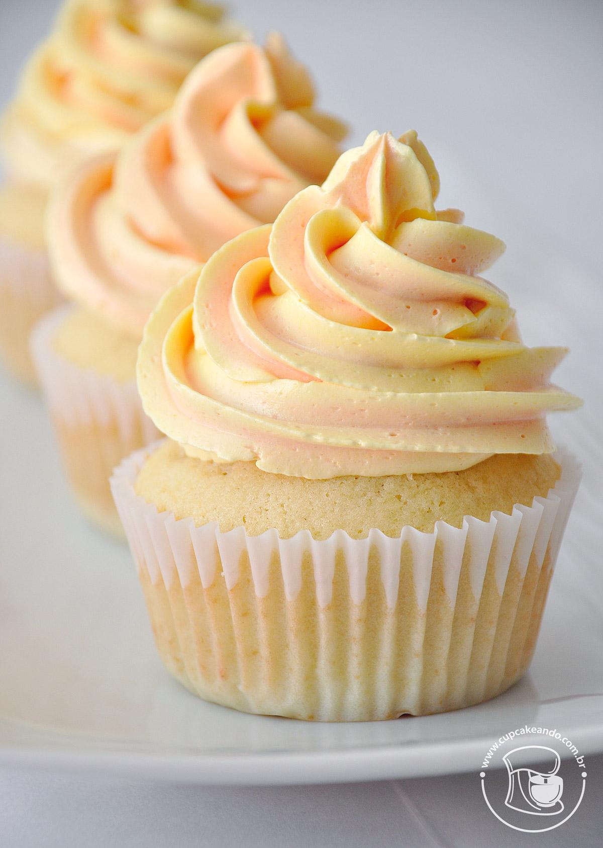 Cupcakes de baunilha com voltinhas perfeitas.