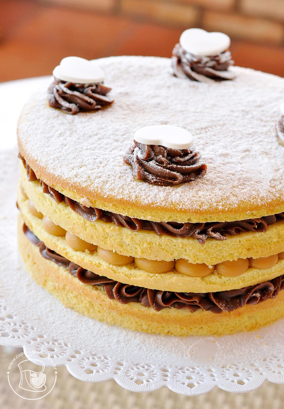 Naked cake de baunilha com recheio de brigadeiro e doce de leite