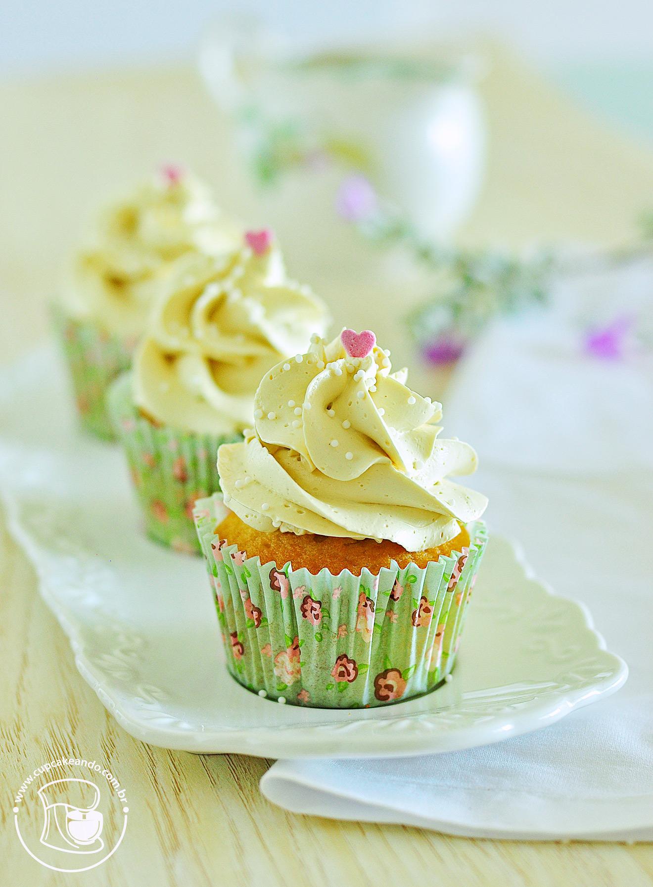 Cupcakes de baunilha e buttermilk com cobertura de buttercream de café