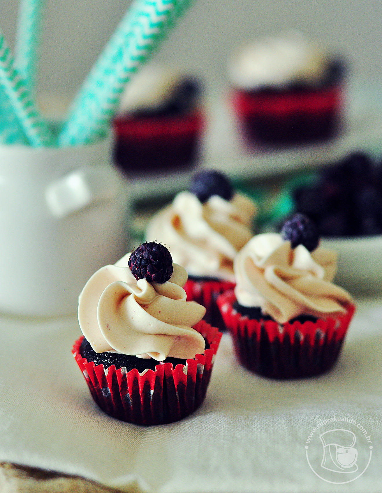 Cupcakes de chocolate com recheio de creme ou curd de framboesas pretas