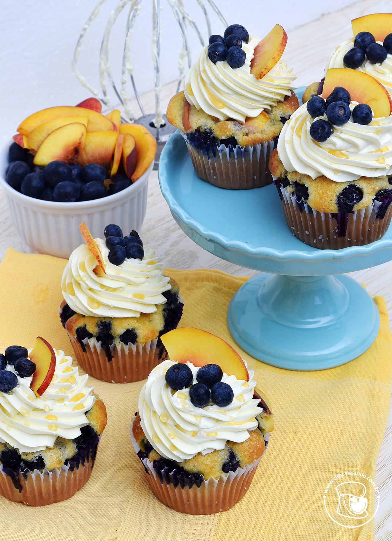 Cupcakes de pêssegos e mirtilos frescos