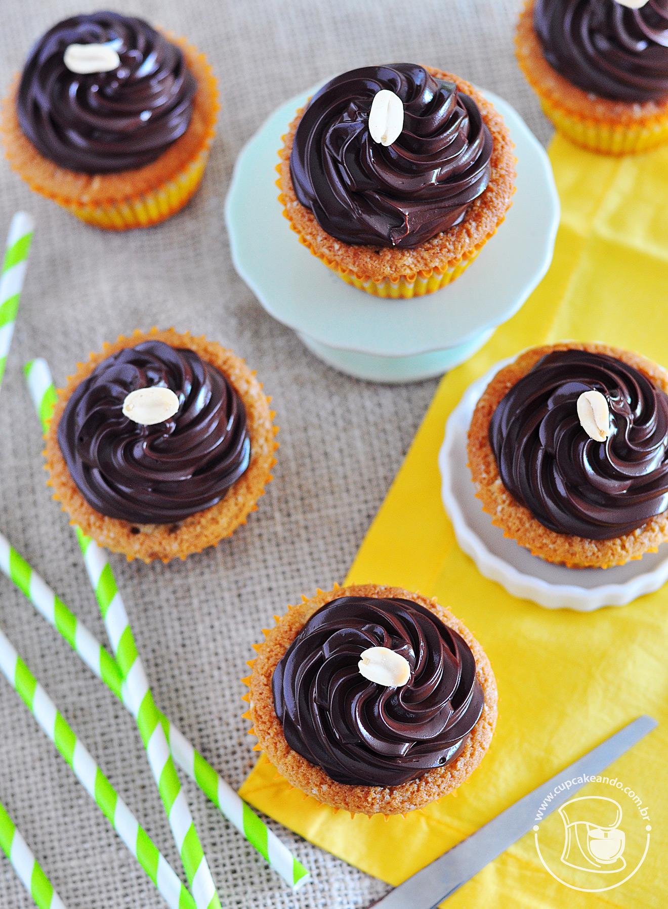 Cupcakes de manteiga de amendoim e ganache de chocolate maravilhosa e brilhosa
