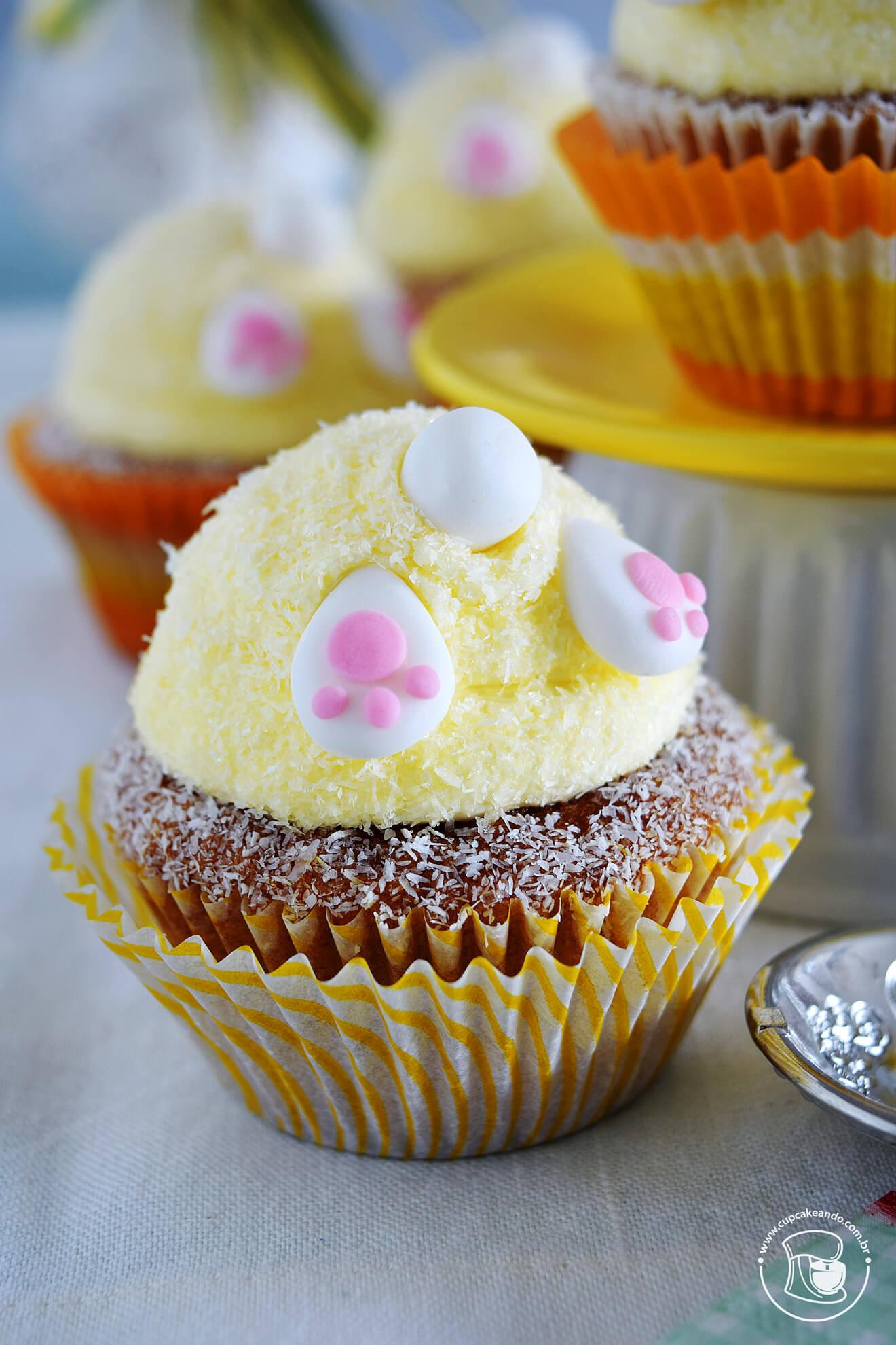 Cupcakes de cenoura americanos com bundinhas de coelhinhos para a Páscoa