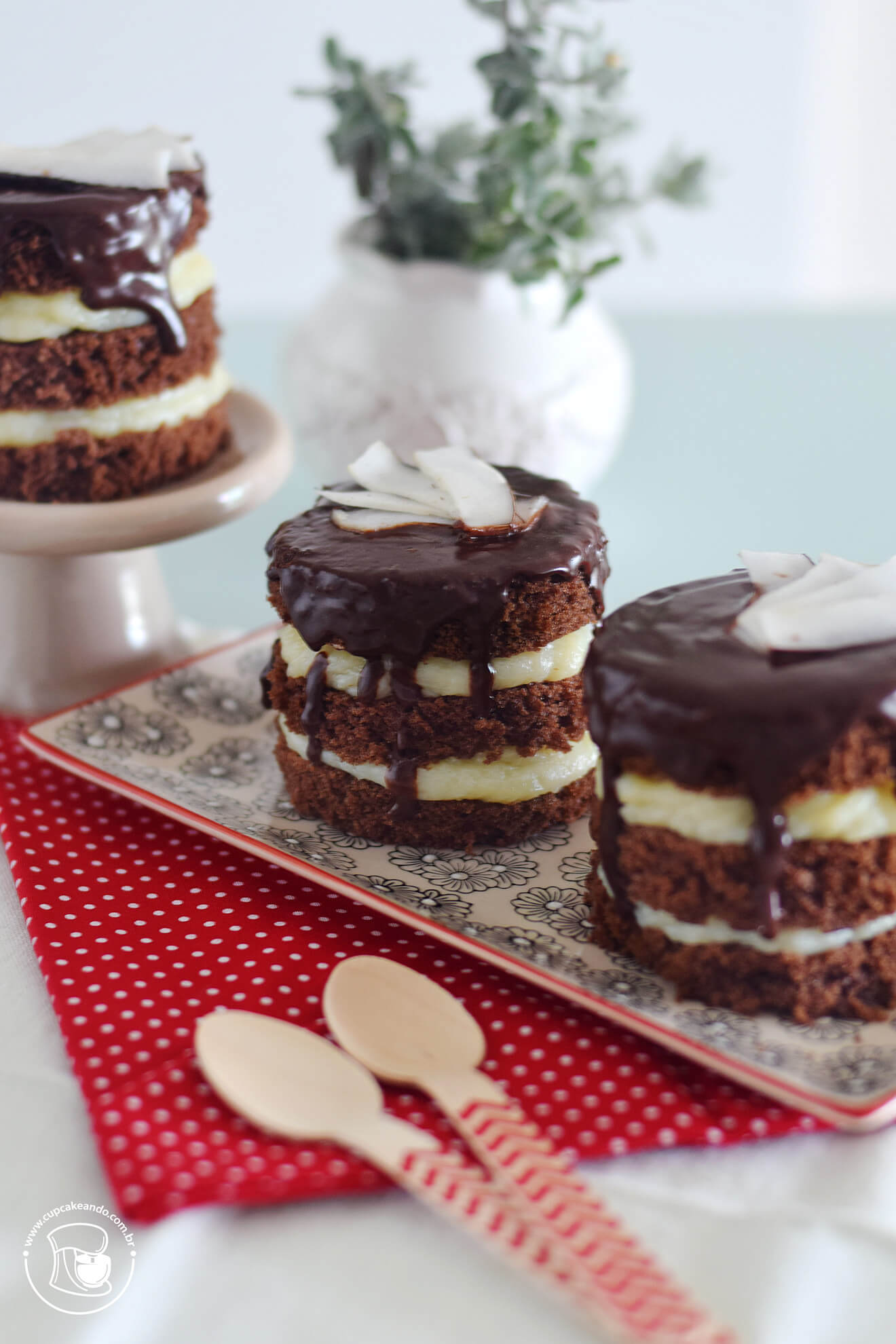 Minibolos naked cakes de prestígio, chocolate e coco